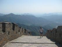 Eenzame toerist op Grote Muur van China stock afbeelding