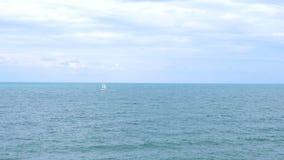 Eenzame varende boot stock video