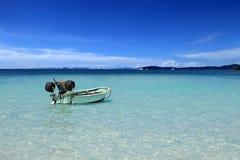 Eenzame verankerde boot in de tropische lagune Royalty-vrije Stock Afbeeldingen