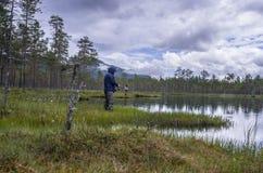 Eenzame visser bij de Visserij op het meer in bosnoorwegen royalty-vrije stock foto's