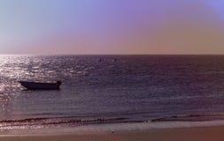 Eenzame vissersboot in donkere oceaan, overzees royalty-vrije stock fotografie