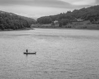 Eenzame vliegvisser op Ladybower-Reservoir Stock Foto