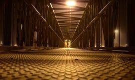 Eenzame voetbrug bij nacht Stock Afbeeldingen
