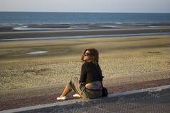 Eenzame vrouw bij kust Stock Afbeelding