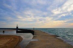Eenzame vrouw bij Meer Michigan Stock Foto
