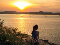 Eenzame vrouw bij zonsondergang Royalty-vrije Stock Afbeeldingen