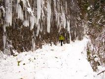 Eenzame vrouw die langs een bergweg lopen Royalty-vrije Stock Foto