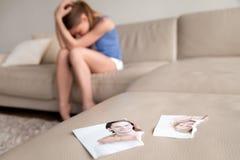 Eenzame vrouw die na verbreken thuis lijden stock afbeeldingen