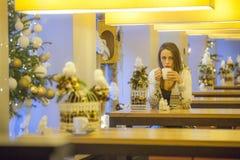 Eenzame vrouw in koffiewinkel Royalty-vrije Stock Foto