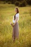Eenzame vrouw met boeket van bloemen Stock Afbeeldingen