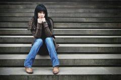 Eenzame vrouwenzitting op stappen royalty-vrije stock foto