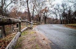 Eenzame weg bij Groot meer Oklahoma Royalty-vrije Stock Afbeeldingen