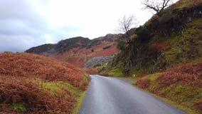 Eenzame weg door het Nationale Park van het Meerdistrict in Engeland stock video