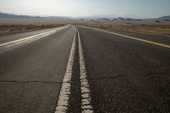Eenzame weg door Saudi-Arabië royalty-vrije stock afbeelding