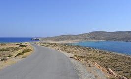 Eenzame weg en overzees, Griekenland Royalty-vrije Stock Afbeeldingen