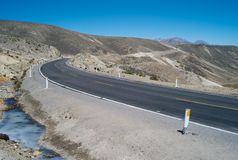 Eenzame Weg op Abra Patapampa Pass, Peru royalty-vrije stock afbeeldingen