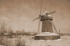 Eenzame windmolen in Januari stock fotografie