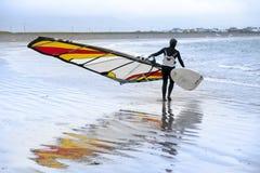 Eenzame windsurfer die klaar te surfen worden Stock Afbeelding