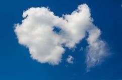 Eenzame wolk in de duidelijke hemel Royalty-vrije Stock Afbeeldingen
