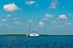 Eenzame Zeilboot Royalty-vrije Stock Fotografie