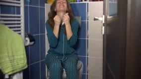 Eerlijke vrouw die positieve zwangerschapstest houden en goede ware emoties tonen stock videobeelden