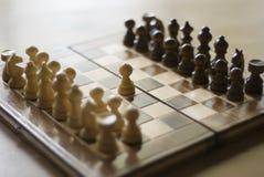 Eerste beweging van schaakspel Stock Foto's