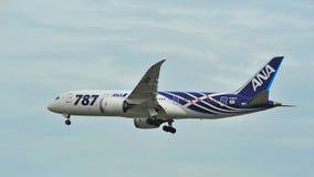 Eerste Boeing 787 (Dreamliner) de vloot die van van All Nippon Airways (ANA) bij Changi Luchthaven landen stock afbeeldingen