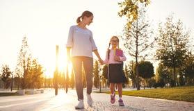 Eerste dag op school de moeder leidt weinig meisje van de kindschool in F stock foto's