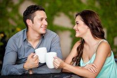 Eerste datum bij een koffiewinkel Stock Foto