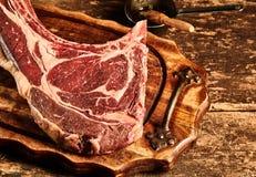 Eerste gerijpt ruw tomahawklapje vlees Royalty-vrije Stock Foto's