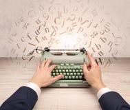 Eerste het elegante de hand van het persoonsperspectief typen met het vliegen brievenconcept Royalty-vrije Stock Afbeeldingen