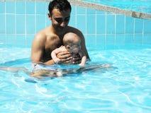 Eerste het zwemmen lessen Stock Afbeelding