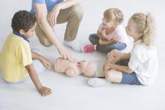 Eerste hulp op baby` s mannequin stock foto's