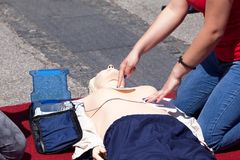 Eerste hulp opleiding in het gebruiken van geautomatiseerd extern defibrillator apparaat - AED stock fotografie