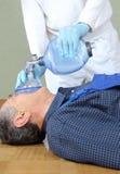 Eerste hulp voor een mens met zuurstofapparaat stock fotografie