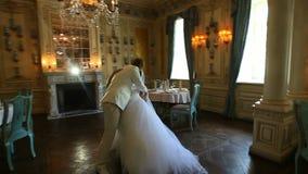 Eerste huwelijksdans van een jong paar in een mooi binnenland stock video