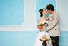 Eerste huwelijkskus Stock Foto
