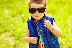 Eerste investeringsconcept Portret van babyjongen met muntstuk Royalty-vrije Stock Foto's