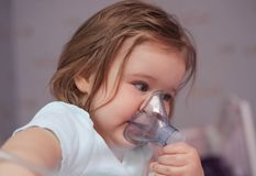 Eerste keer die inhaleertoestel met behulp van royalty-vrije stock afbeelding