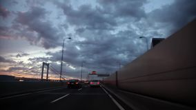 Eerste persoon POV op overweldigende mening van het glas van het windschild op zware grijze regenwolk in hemel over de bezige weg stock videobeelden