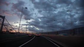 Eerste persoon POV op schitterende mening van het glas van het windschild op zware grijze regenwolk in hemel over de bezige weg v stock footage