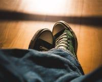 Eerste-persoonsmening over retro tennisschoenen - gekruiste benen stock afbeeldingen