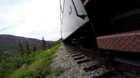 Eerste persoonsmening van trein op sporen stock videobeelden