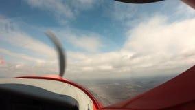 eerste persoonsvlucht op een vliegtuig stock footage