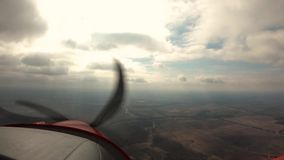 eerste persoonsvlucht op een vliegtuig stock video