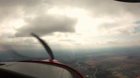 eerste persoonsvlucht op een vliegtuig stock videobeelden