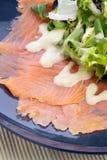 Eerste Schotse gerookte zalm met zich salade en het kleden Royalty-vrije Stock Fotografie