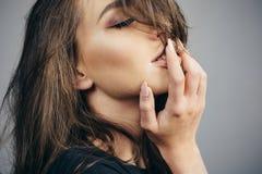 Eerste Seksuele Ervaring Sexy Muziek en Liederen - Sensueel ben Gevoel en emotie Sensuele het portret dichte omhooggaand van het  stock foto