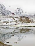 Eerste Sneeuw in Bergen De herfstmeer in Alpen met spiegelniveau Nevelige scherpe pieken van hooggebergte Royalty-vrije Stock Foto