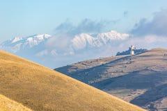 Eerste sneeuw in de herfst seizoen: Kasteel en witte Bergen royalty-vrije stock afbeelding